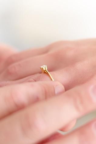 Jak dobrać idealny rozmiar pierścionka zaręczynowego ?