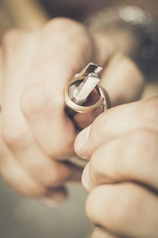 Jak powstaje obrączka, czyli od czego zależy efekt i trwałość ślubnej biżuterii
